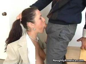 Пышногрудую секретаршу ебет в жопу ее настойчивый начальник