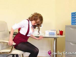Рыжая секретарша в чулках устроила эротическое соло в офисе