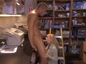 Шаловливый начальник трахнул в подсобке сладенькую секретаршу