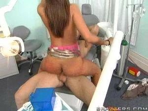 Симпатичный ненасытный пациент трахнул медсестру в больнице