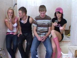 18-летние русские друзья трахаются на развратной вечеринке