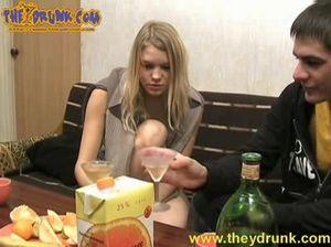 Молодая пьяная блюет в ванной после секса с собутыльником
