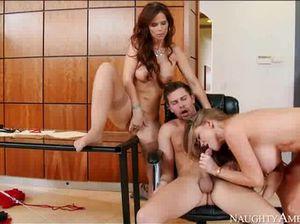 Две секретарши с большими сиськами ублажают шефа в офисе