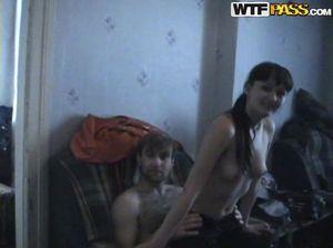 Бесшабашная групповая оргия студентов на съемной квартире