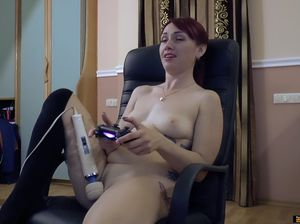 Украинская девушка играет в приставку и дрочит письку вибратором