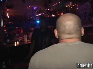 Тусовщики трахают в презервативах шлюшек из ночного клуба