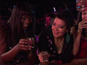 Бухая негритянка сосет черный член бармена в ночном клубе