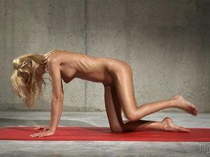 Спортивная девка с маленькой грудью показала эротическую гимнастику