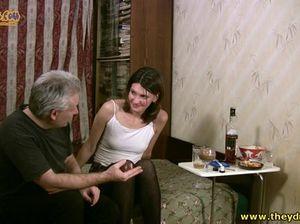 Седой хитрый старик трахает молоденькую русскую девушку под мухой