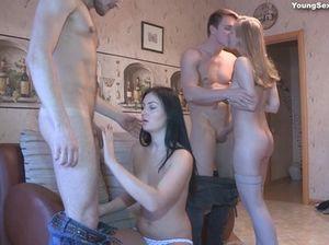 Молодые ребята кайфуют от оргии на русской секс вечеринке