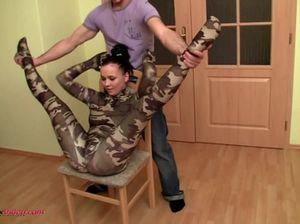 Бойфренд активно трахает на шпагате гибкую молодую гимнастку