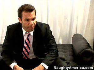Неудовлетворенный босс трахает секретаршу на кожаном диване