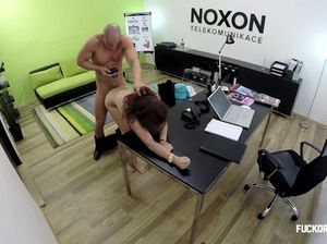 Чешская красотка попала на грубый секс при приеме на работу