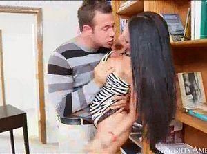Длинноволосая секретарша трахается с шефом на полу кабинета