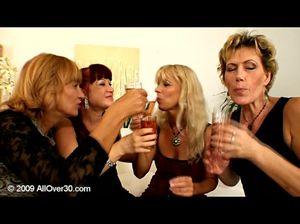Зрелые лесбиянки выпили и занялись нетрадиционным групповым сексом