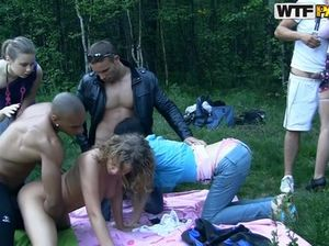 Романтическая студенческая групповушка на природе рядом с костром