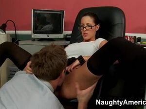 Очкастая секретарша с силиконовыми сиськами трахается с шефом