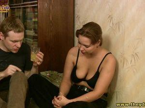 Пьяная девушка с натуральной грудью перепихнулась с другом
