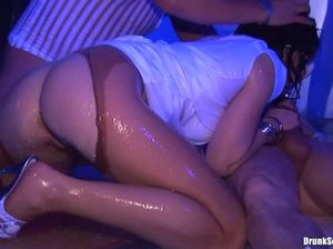 Мокрые девчонки участвуют в групповом пьяном сексе в клубе