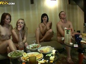 Аморальные студенты ебутся друг с другом на приватной вечеринке