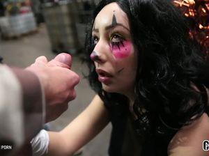 Оральный жесткий ганг банг для малышки на сексуальный Хэллоуин