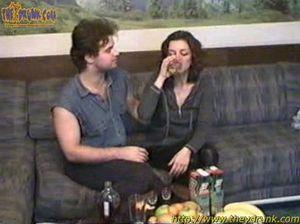 Волосатый русский кобель трахает пьяную девку на диване