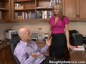 Взрослый лысый начальник трахнул секретаршу с большими сиськами