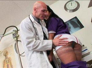 Лысый брутальный доктор трахнул медсестру с большими буферами