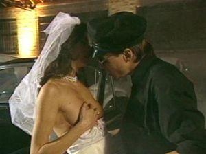 Настырный водитель трахает невесту своего босса на парковке