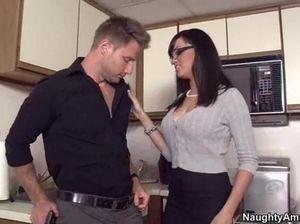 Секретарша с красивой грудью трахается на кухне офиса с шефом