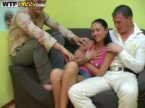 Стеснительная русская студентка трахается с двумя парнями на тусовке