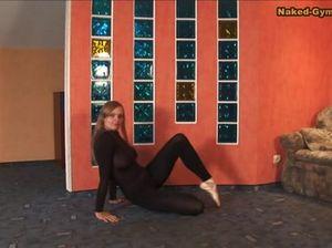 Возбуждающее стриптиз шоу от гимнастки с натуральной грудью