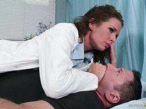 Молчаливый пациент поликлиники занялся сексом с медсестрой в чулках