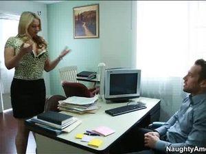 Неугомонный босс трахает на полу секретаршу в колготках