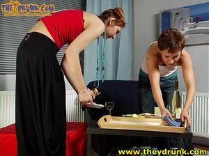 Русские пьяные лесбиянки страстно целуются и танцуют под винишко
