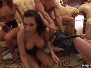 Парень с большим членом занялся сексом с тремя девушками на тусовке
