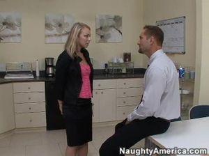 Импозантный начальник жестко трахает секретаршу в офисе