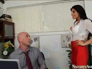 Классный лысый мужик трахает на работе сексуальную секретаршу