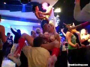 Масштабная пенная вечеринка закончилась крутой групповухой