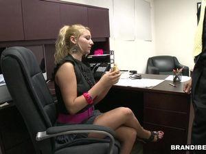Сотрудницы фирмы по очереди отсосали в офисе член начальника