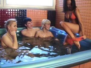Бухающие русские студенты занялись групповым сексом в джакузи