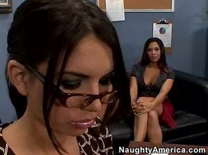 Две секретарши и начальник трахаются на кожаном диване
