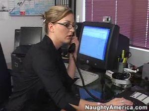 Секретарша с натуральными сиськами трахается с боссом на работе