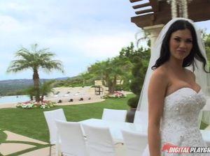 Большегрудая невеста трахает жениха во время медового месяца