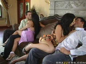 Возбужденные брюнетки осуществили обмен супругами на вечеринке