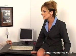 Соблазнительная секретарша трахается на столе с боссом