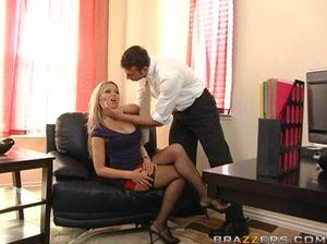 Деловой настойчивый шеф трахнул секретаршу в чулочках