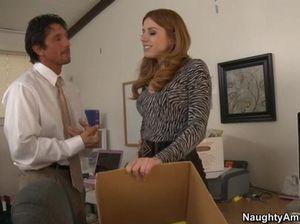 Рыженькая секретарша трахается с начальником на работе