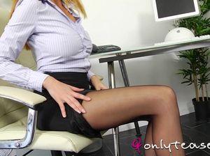Рыжая секретарша в колготках устроила эротическое соло в офисе