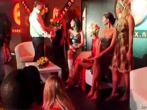Поддатые девчонки и парни занялись сексом прямо в ночном клубе